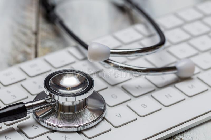 听诊器和键盘宏指令概念 图库摄影
