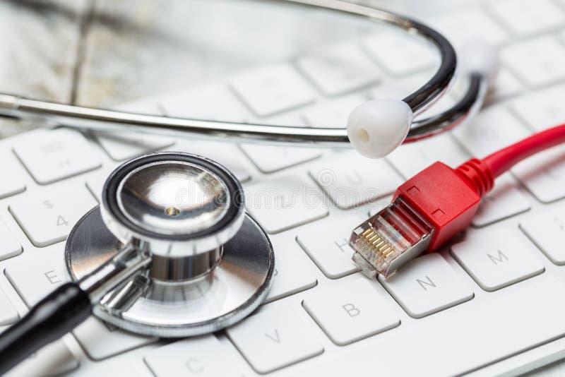 听诊器和键盘有网络缆绳概念的 图库摄影