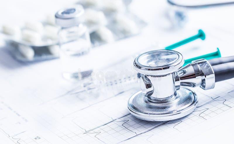听诊器在EKG图表的射入药片 免版税库存照片