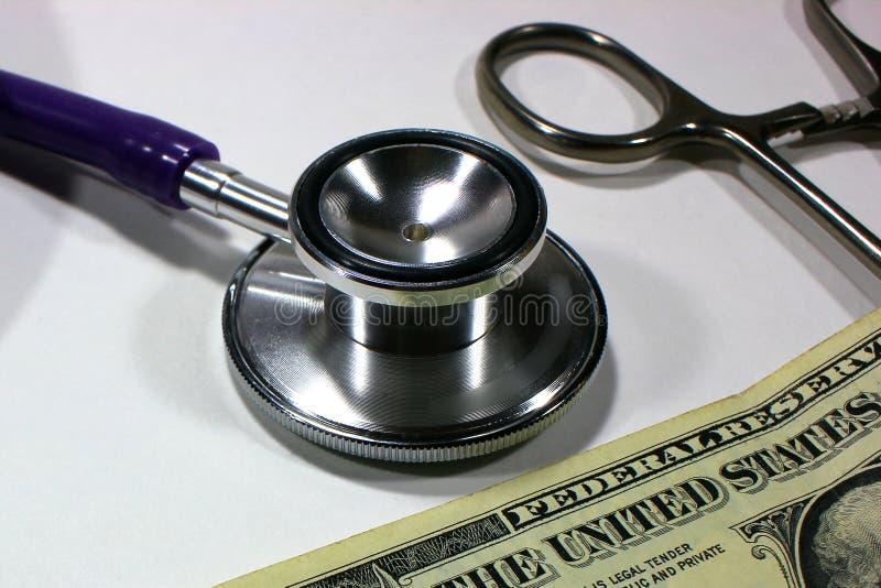 听诊器美元、开支以健康或经济援助,昂贵的药物概念的高费用 免版税库存照片