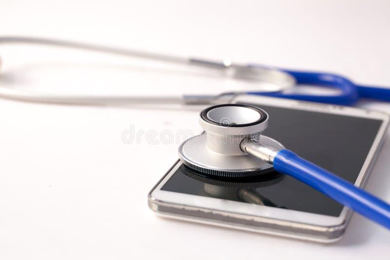 听诊器被诊断的智能手机-给修理打电话并且检查概念 免版税库存照片