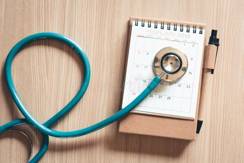 听诊器顶视图在日历的体检概念的 物理核对的每年医生任命反对木 图库摄影