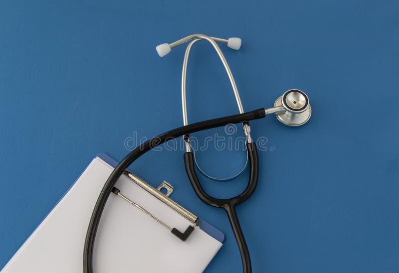 听诊器,处方,在蓝色背景 医学的概念 库存照片