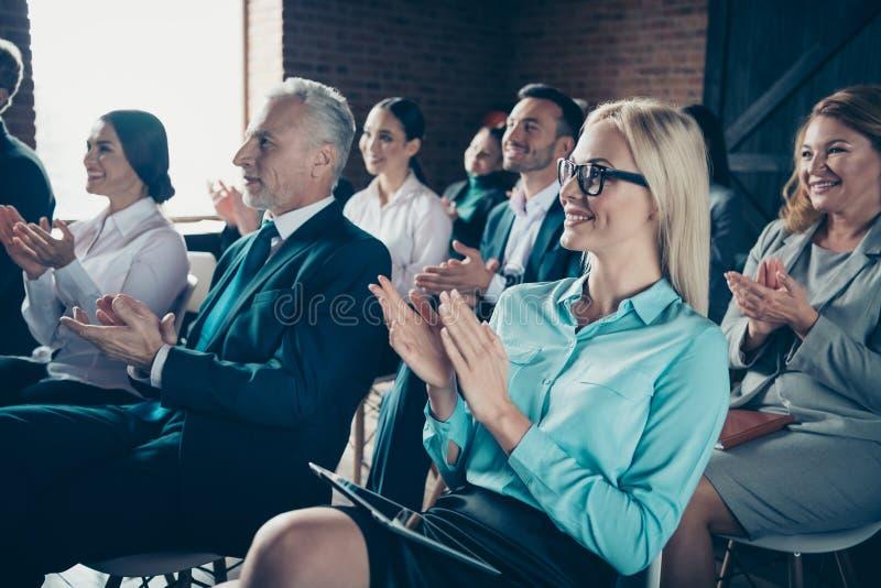 听财政报告结果公司销售收入进展的好时髦的典雅的快乐的论坛参加者 免版税库存照片