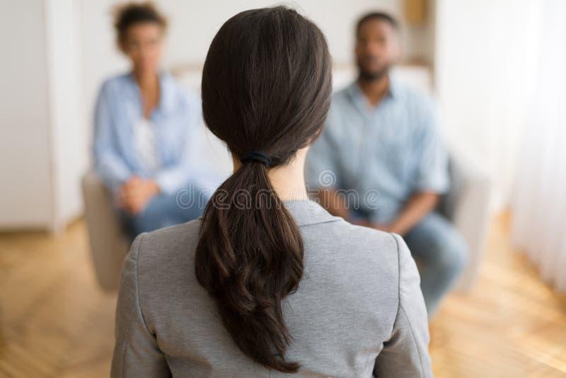 听非裔美国人的配偶的夫妇顾问分享家庭问题 库存照片