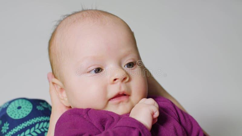 吮嘴的女婴手指 图库摄影
