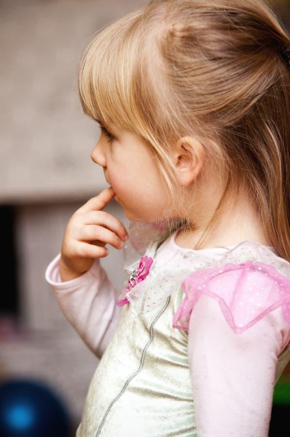 吮手指的逗人喜爱的女孩 免版税库存照片