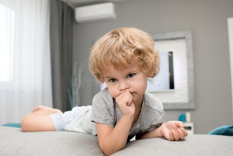 吮拇指的可爱的小男孩 免版税库存图片