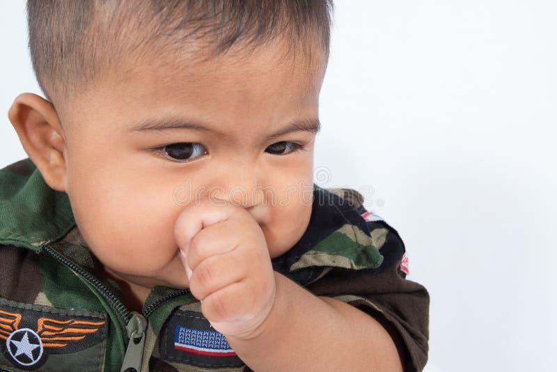 吮拇指的逗人喜爱的亚裔婴孩 免版税库存图片