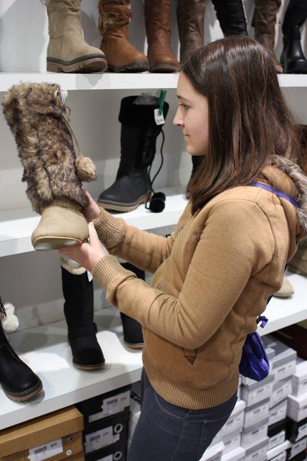启动深色的购物妇女年轻人 图库摄影