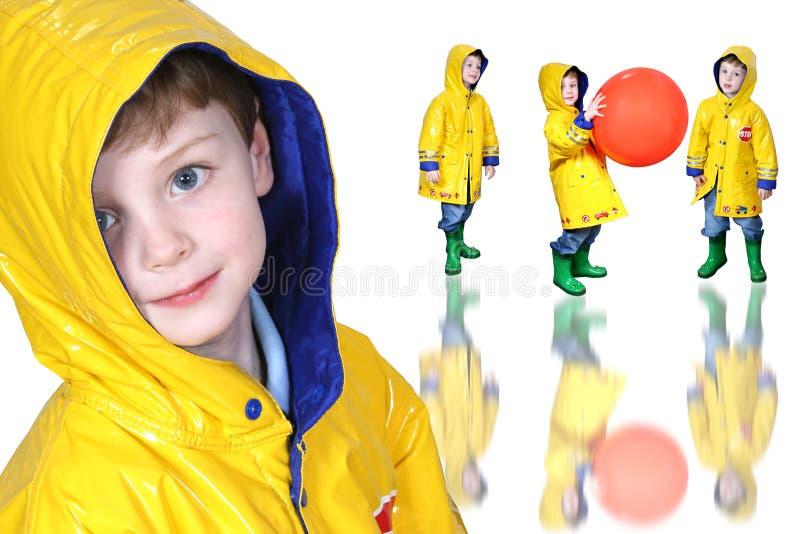 启动男孩拼贴画froggie雨衣黄色 免版税图库摄影