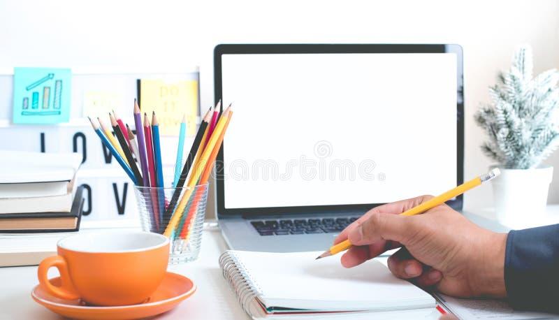 启发与年轻人手文字的想法概念与铅笔和便条在书桌桌办公室 工作的创造性 免版税库存照片