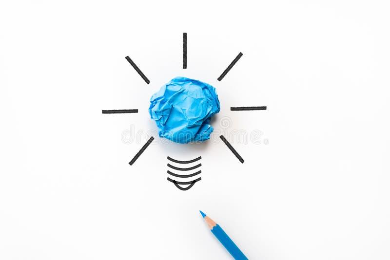 启发和好主意概念 与弄皱的电灯泡 库存图片