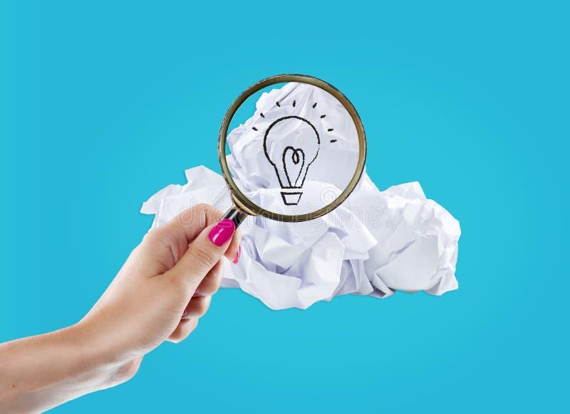 启发概念弄皱了好想法的纸电灯泡隐喻 免版税库存照片