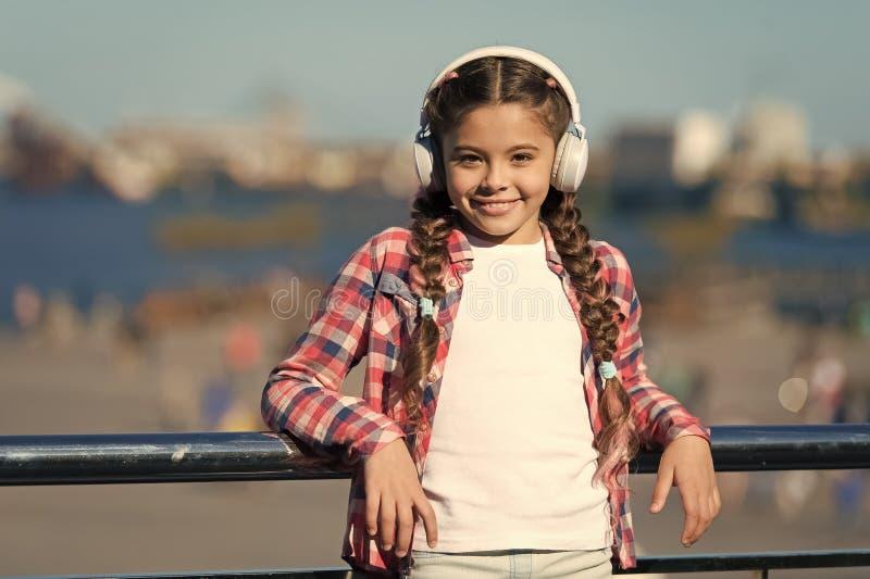 启发由音乐 听到音乐的小孩 与无线耳机的逗人喜爱的孩子 佩带立体声耳机的小孩子 免版税库存照片