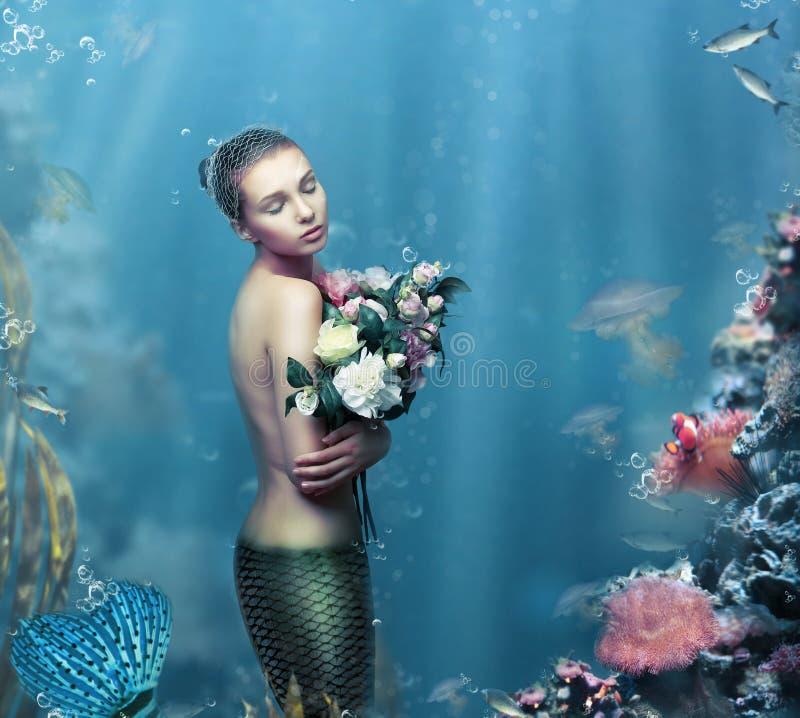 启发 有花的意想不到的妇女在水中 库存照片