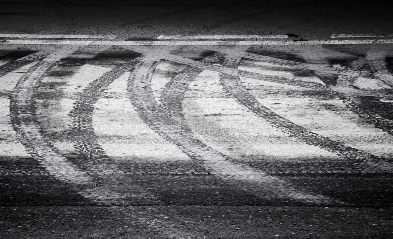 启用的湿轮胎跟踪和水线标志 库存图片