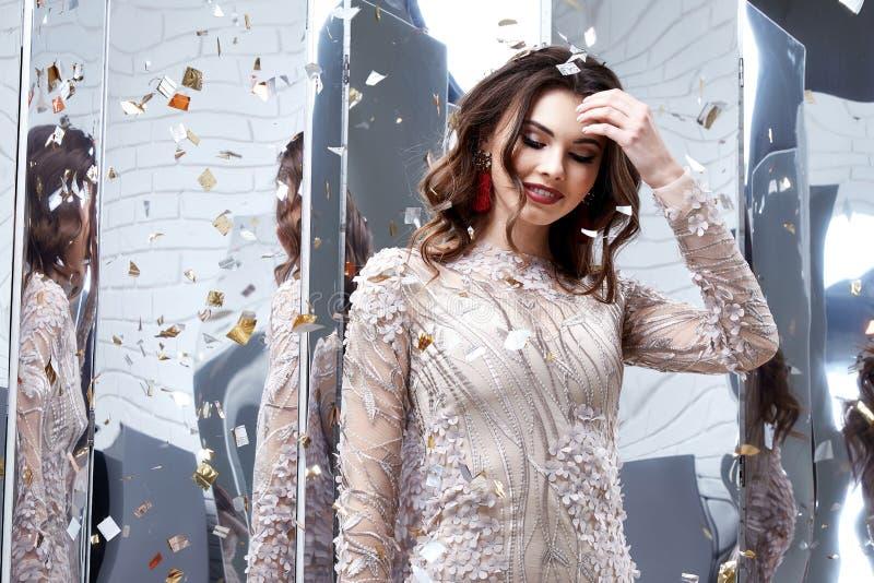 启远地画象美好的妇女夫人春天汇集魅力模型 免版税图库摄影