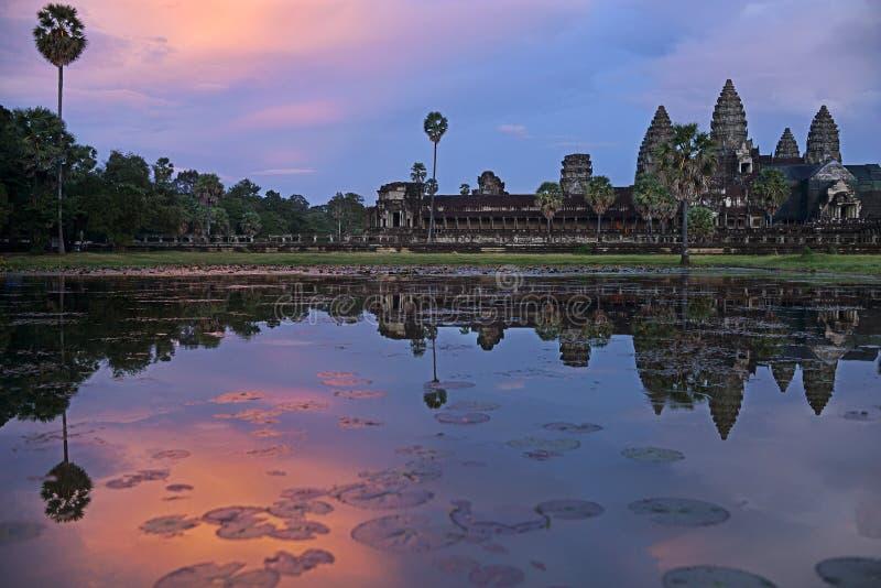 吴哥窟反射在日落的,微明,暹粒市,柬埔寨荷花池 免版税库存照片