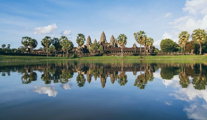 吴哥窟寺庙全景反射在日落,柬埔寨的湖水中 免版税图库摄影