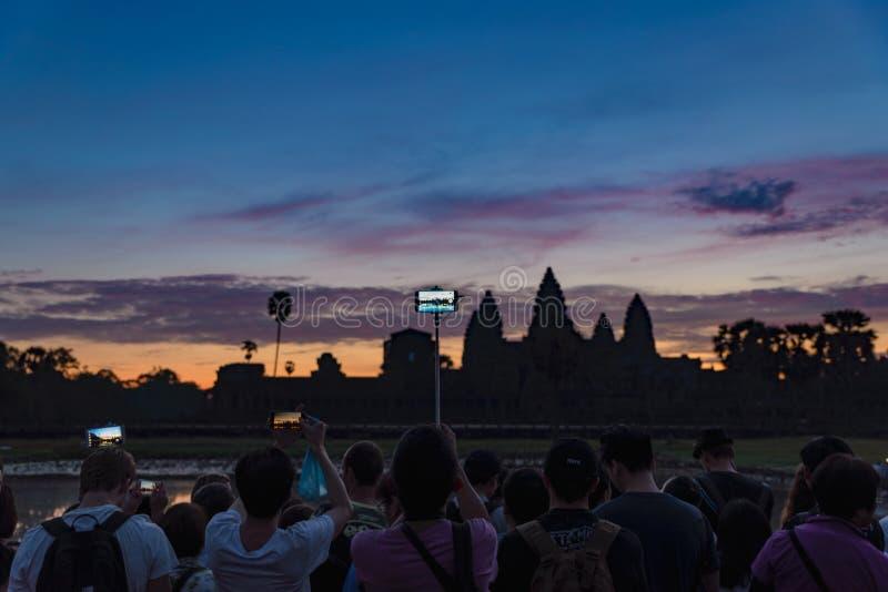 吴哥,柬埔寨- 2018年12月7日:人群黎明主要门面剪影的拍摄的吴哥窟 许多举世闻名的寺庙 免版税图库摄影