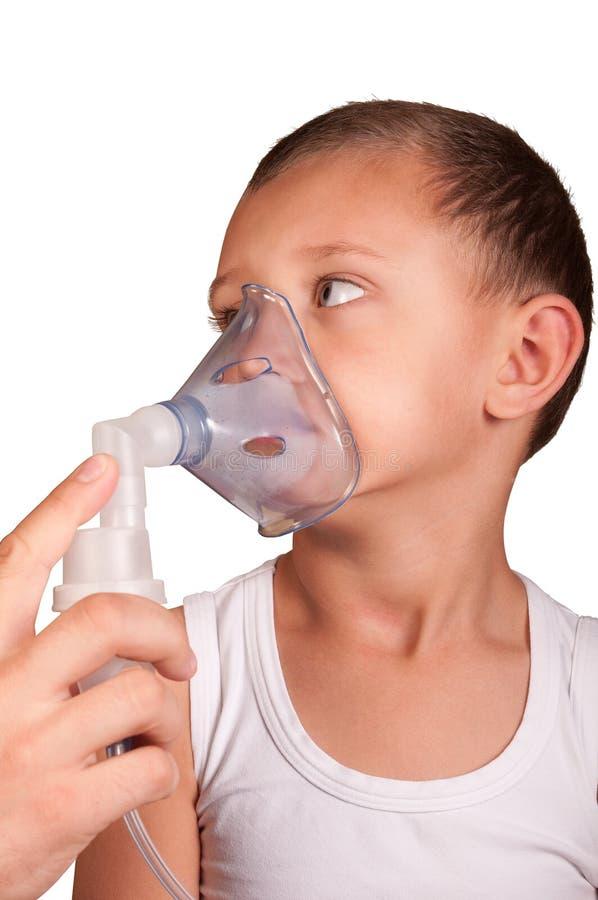 吸入器的屏蔽的小男孩 免版税库存照片
