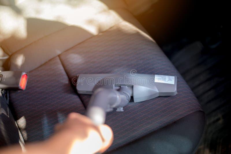 吸尘器的关闭吸尘汽车座位坐垫 免版税库存图片