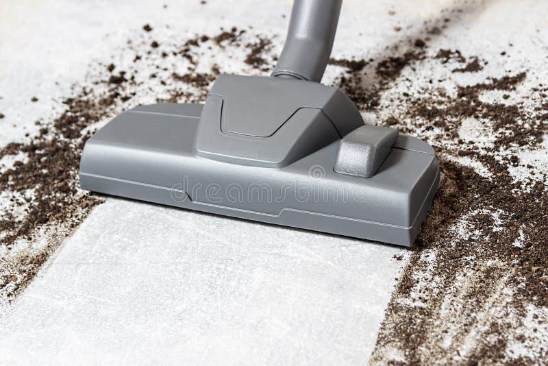 吸尘器 地毯真空吸尘器 清洁 肮脏的地板 免版税库存照片