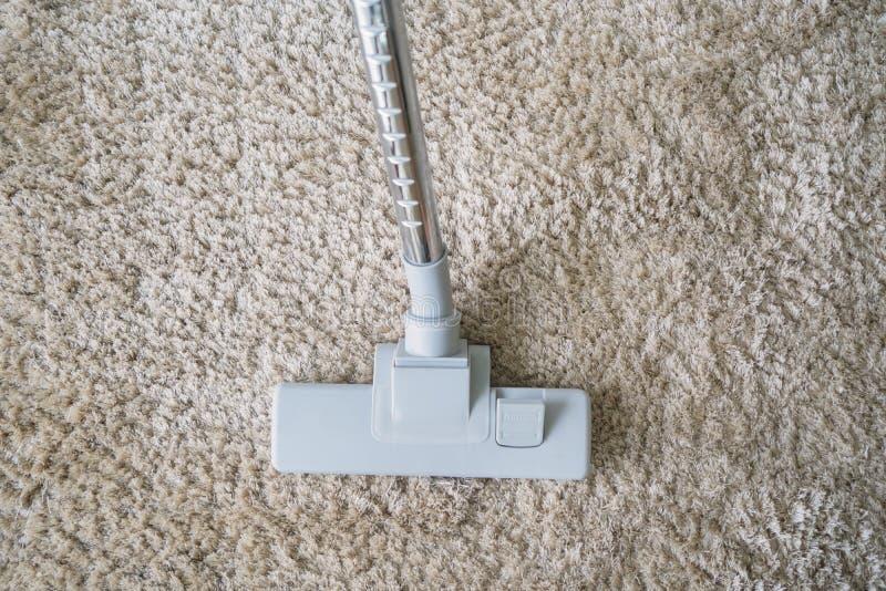 吸尘在地毯的现代吸尘器 免版税库存图片