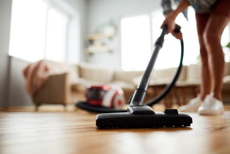 吸尘的地板在家 图库摄影