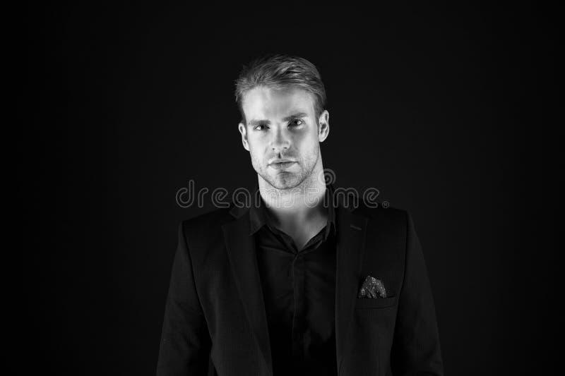 吸引人和确信 企业长沙发或专家 E 商人 礼服的商人 库存照片