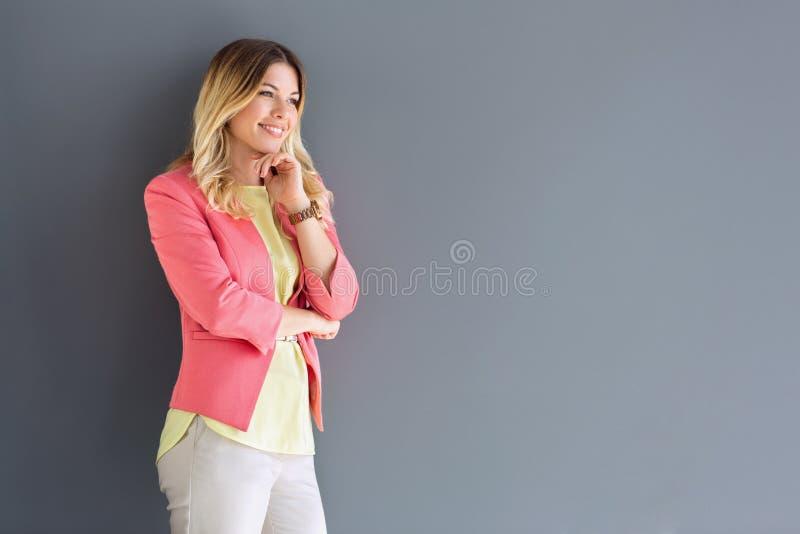 吸引人白肤金发的妇女 免版税库存照片