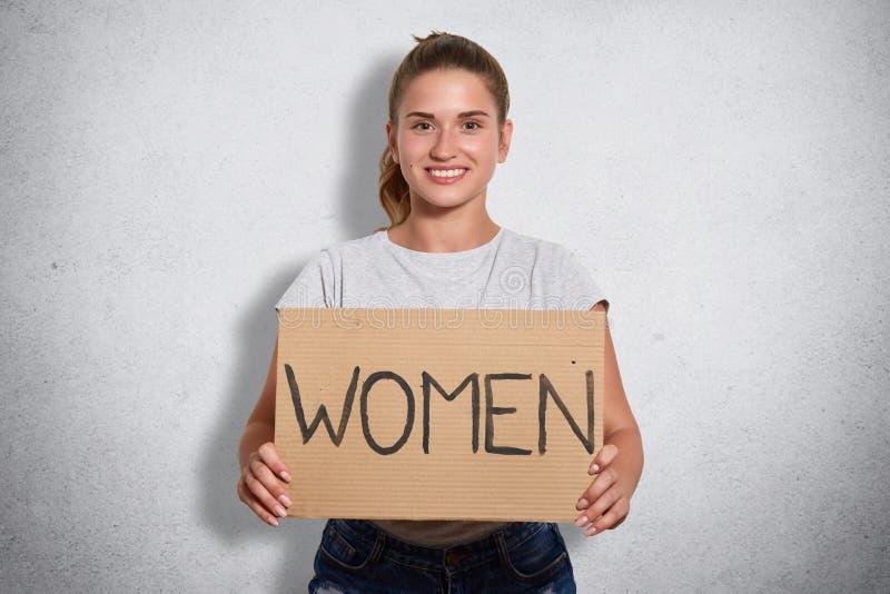 吸引人磁性公开活动家藏品板材的图象有题字妇女的,看直接地照相机,在心情 库存图片