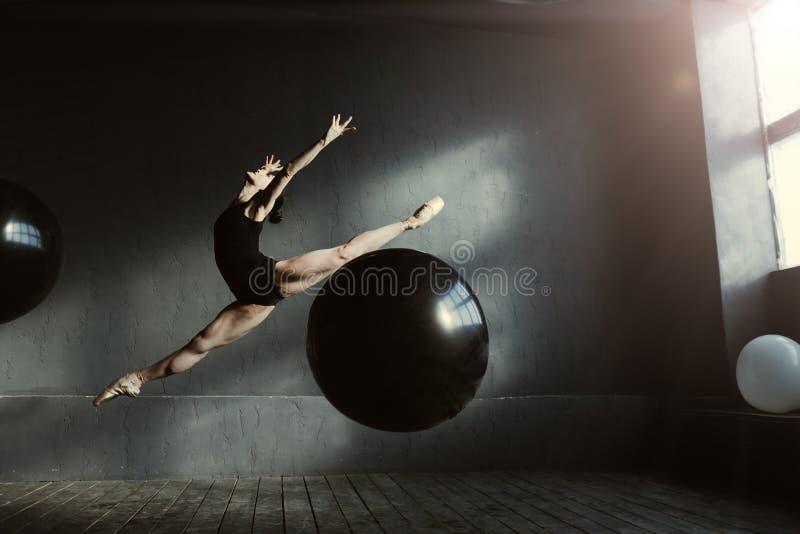 吸引人舞蹈家自我表达用演播室 图库摄影