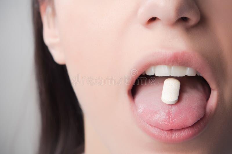 吸毒和瘾片剂 配药科学,阴谋论 处方药恶习 防御和预防药物 库存照片