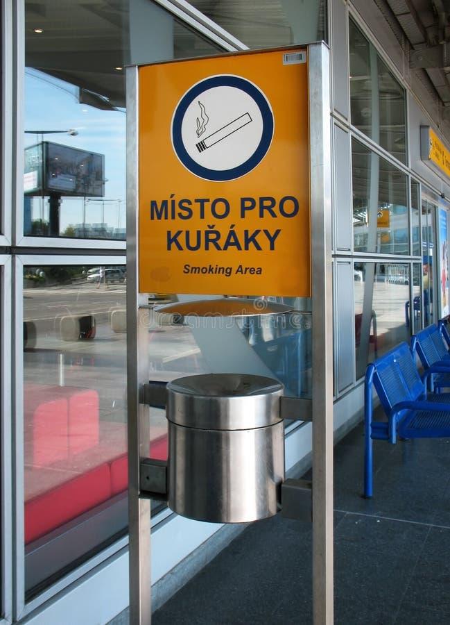 吸烟区在机场在布拉格 免版税库存图片