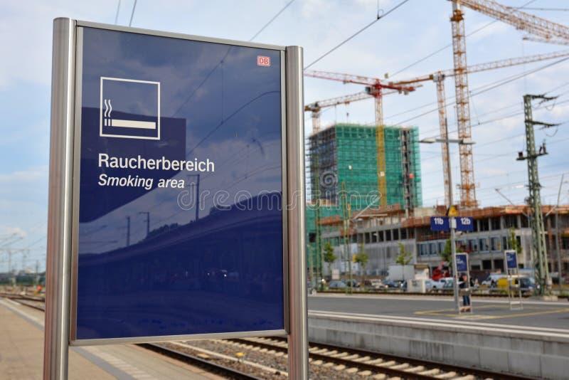 吸烟者的选定的吸烟区不抽烟的人的保护的德国火车站的 库存图片