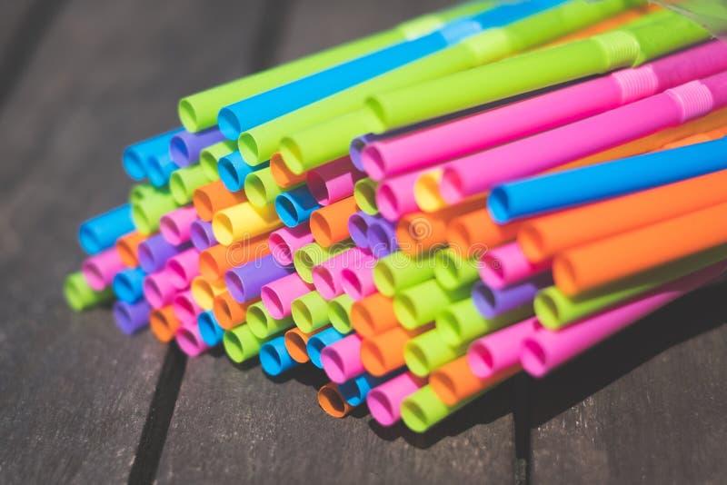 吸管特写镜头,五颜六色的塑料秸杆宏指令 免版税库存图片
