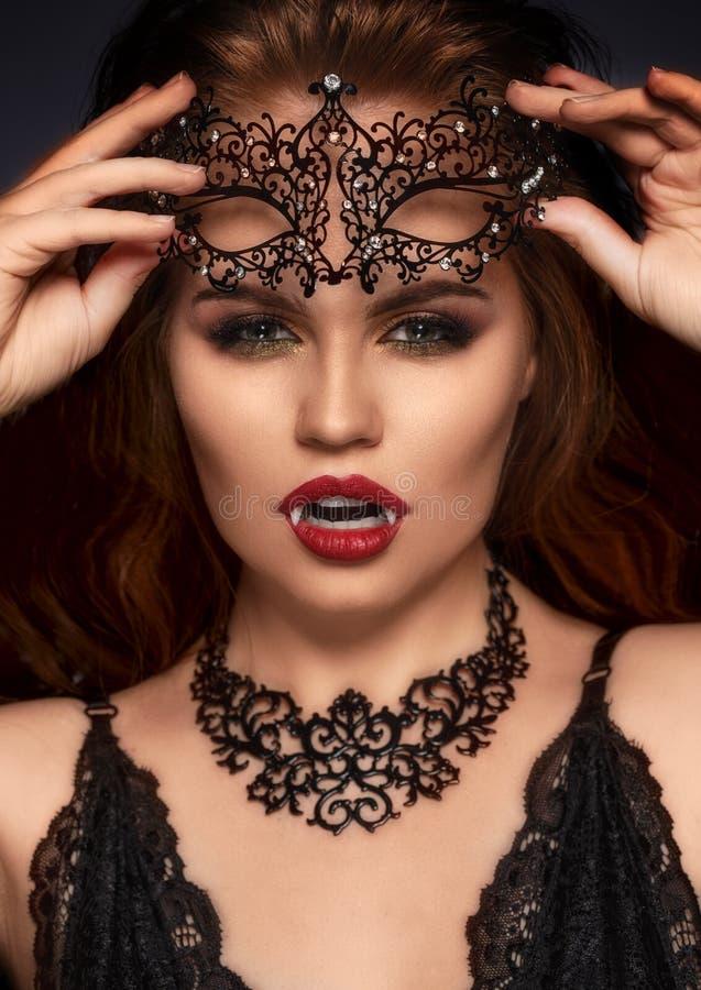 吸血鬼万圣夜妇女 秀丽吸血鬼女孩画象 烦恼 免版税库存图片