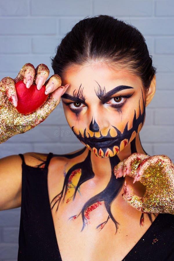 吸血鬼万圣节妇女画象 有水滴血液的秀丽性感的吸血鬼女孩在她的嘴 吸血鬼构成时尚艺术设计 库存照片