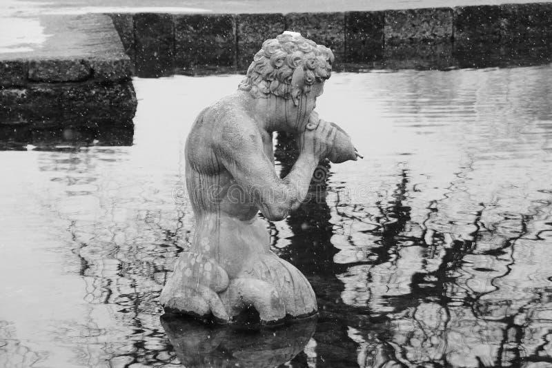 吹在他的巧克力精炼机壳喇叭的氚核的石雕塑 奥地利萨尔茨堡 库存图片