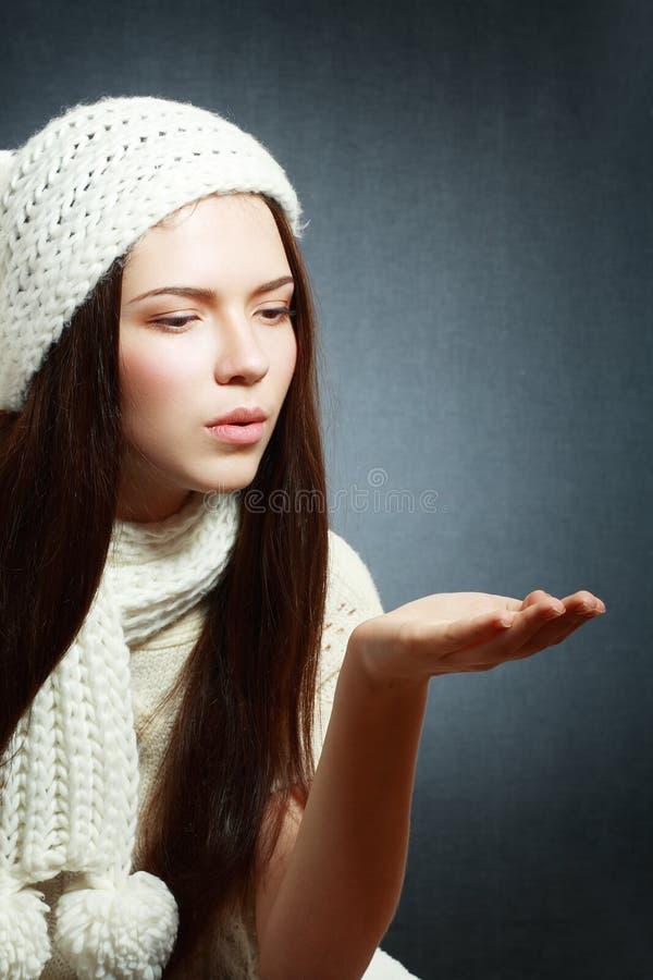 吹在棕榈的妇女 图库摄影