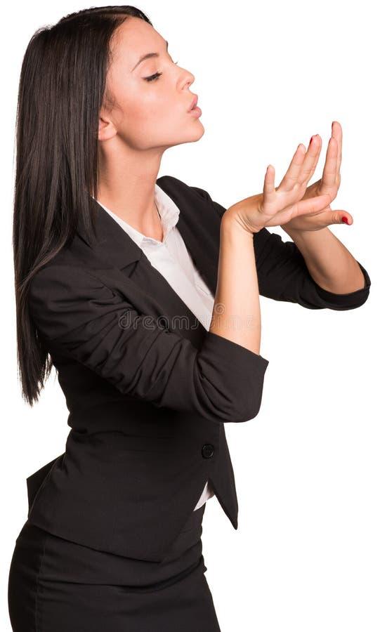 吹在被绘的钉子的美丽的女实业家 免版税库存图片