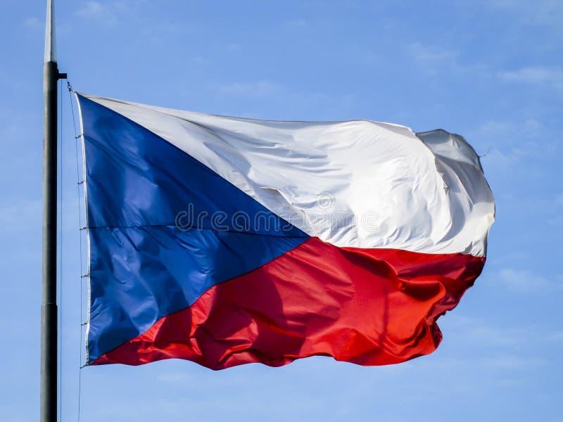 吹在风的捷克旗子 免版税库存图片