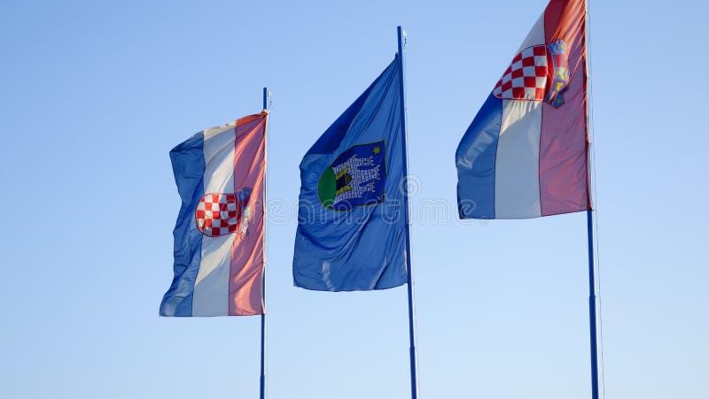 吹在风,萨格勒布,克罗地亚的三面旗子 免版税库存照片