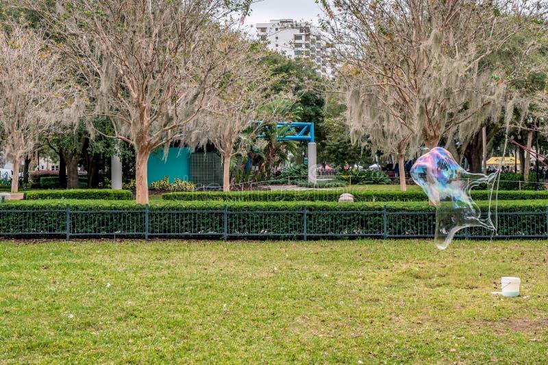 吹在Eola公园,街市奥兰多,佛罗里达,美国的大肥皂泡 图库摄影