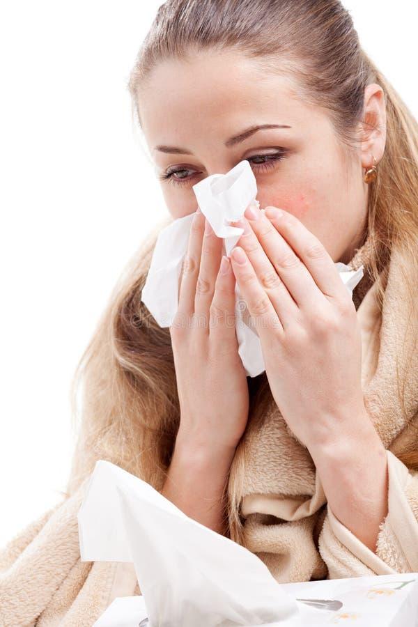 吹她的鼻子的病的妇女 库存图片