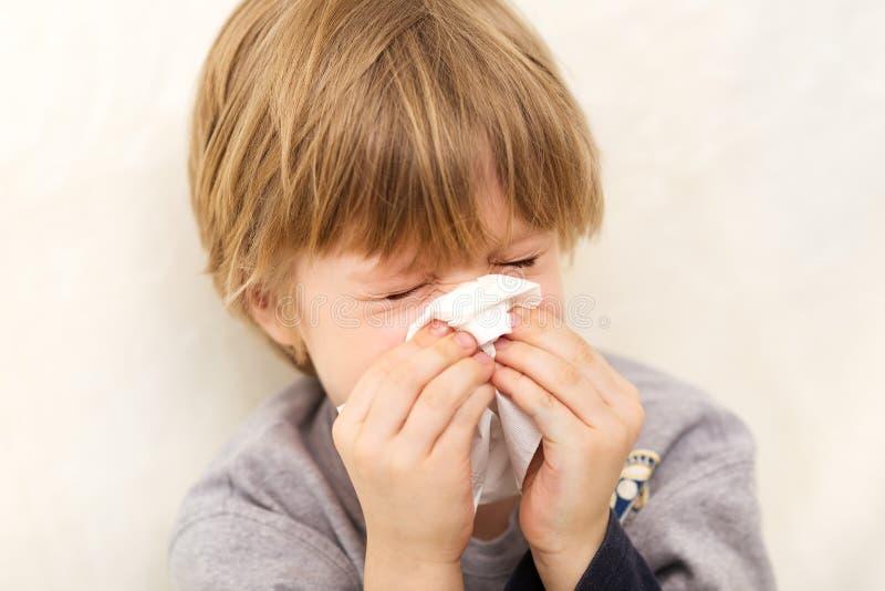 吹流鼻水的儿童冷流感病症组织 库存图片