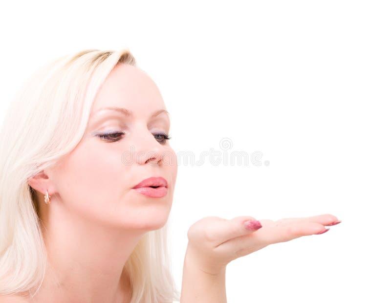 吹白肤金发的妇女,当送空气亲吻时 库存照片