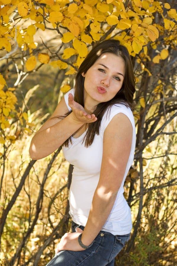 Download 吹的亲吻 库存图片. 图片 包括有 宝贝, 牛仔裤, 衬衣, 乌木, 叶子, 投反对票, 放置, 长期, 秋天 - 3669259